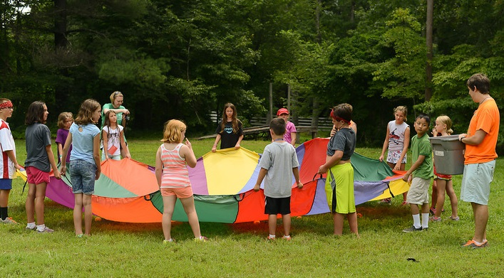 Kids play a parachute game